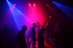 Silhuetas de adolescentes de uma dança Imagem de Stock Royalty Free