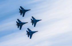Silhuetas de aviões de lutador do russo no céu Fotos de Stock