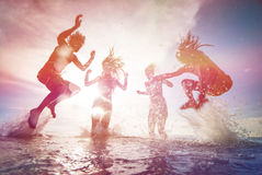Silhuetas de jovens felizes Fotografia de Stock