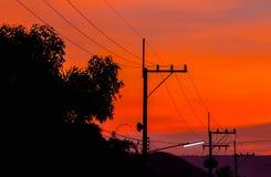 Silhuetas de linhas elétricas de alta tensão Fotografia de Stock Royalty Free