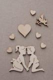 Silhuetas de madeira dos homens e das mulheres, corações, Amur Fotografia de Stock Royalty Free