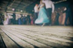 Silhuetas de pares da dança na fase Fotografia de Stock