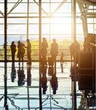 Silhuetas de povos de viagem irreconhecíveis no aeroporto Imagens de Stock