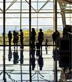 Silhuetas de povos de viagem irreconhecíveis no airpor Fotos de Stock