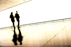 Silhuetas de povos de viagem no aeroporto Fotografia de Stock Royalty Free