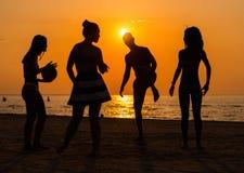Silhuetas de um pessoa que tem o divertimento em uma praia fotos de stock