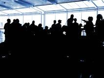 Silhuetas do aeroporto dos povos fotografia de stock royalty free