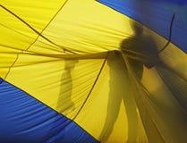 Silhuetas do azul do amarelo do balão de ar quente Fotos de Stock Royalty Free