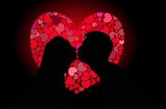 Silhuetas do beijo dos amantes Imagens de Stock