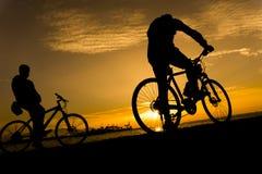 Silhuetas do ciclismo Fotografia de Stock Royalty Free