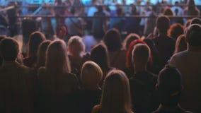 Silhuetas do concerto de observação da multidão no estádio na noite filme
