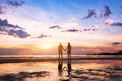 Silhuetas do homem e da mulher na praia Imagens de Stock
