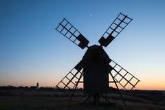 Silhuetas do moinho de vento tradicional e de uma igreja Foto de Stock