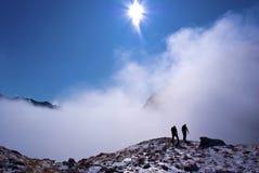 Silhuetas do montanhista nas montanhas Imagens de Stock Royalty Free