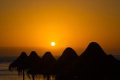 Silhuetas do para-sol da palha Imagem de Stock