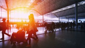 Silhuetas do por do sol dos viajantes no aeroporto