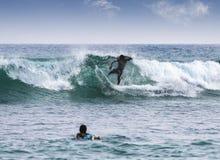 Silhuetas do surfistas Fotografia de Stock Royalty Free