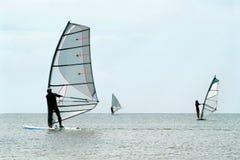 Silhuetas do três windsurfers foto de stock royalty free