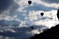 Silhuetas do voo dos balões de ar quente Imagem de Stock Royalty Free