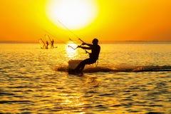 Silhuetas do windsurfers imagem de stock