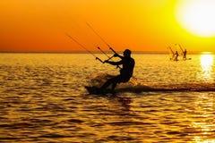 Silhuetas do windsurfers fotos de stock