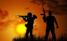 Silhuetas dois soldados armados Imagens de Stock Royalty Free