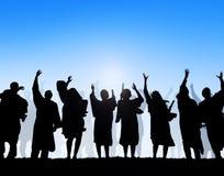 Silhuetas dos estudantes e dos conceitos da graduação imagem de stock