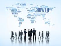 Silhuetas dos executivos que trabalham e do mundo temático do negócio global acima fotografia de stock royalty free