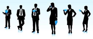 Silhuetas dos homens de negócios com dispositivos Imagem de Stock