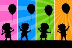 Silhuetas dos miúdos e dos balões Fotografia de Stock