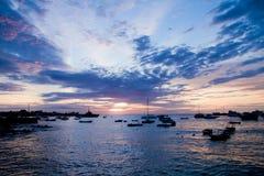 Silhuetas dos navios na porta no por do sol Foto de Stock