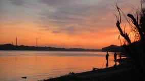 Silhuetas dos pescadores no banco de rio, video estoque