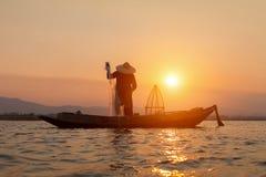 Silhuetas dos pescadores tradicionais do pernas de pau Fotografia de Stock