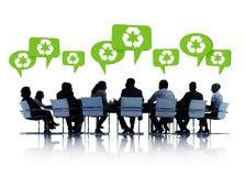 Silhuetas dos povos na conferência com bolhas do discurso em reciclar o conceito Fotografia de Stock Royalty Free