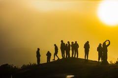 Silhuetas dos povos na montanha foto de stock