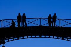 Silhuetas dos povos na ponte Imagem de Stock Royalty Free