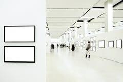 Silhuetas dos povos no museu Imagem de Stock