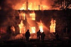 Silhuetas dos sapadores-bombeiros no fundo do fogo Imagem de Stock Royalty Free