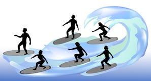 Silhuetas dos surfistas em ondas Imagem de Stock Royalty Free