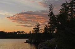 Silhuetas e nuvens vermelhas no por do sol Imagem de Stock Royalty Free