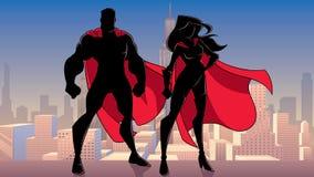 Silhuetas estando da cidade dos pares do super-herói ilustração royalty free