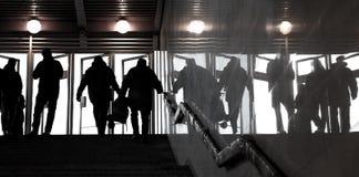 Silhuetas humanas contra as portas brilhantes Fotos de Stock Royalty Free