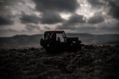 Silhuetas militares que lutam a cena no fundo do céu da névoa da guerra, silhuetas de combate abaixo da skyline nebulosa no por d foto de stock