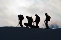 Silhuetas na escala de montanha imagens de stock
