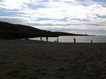 silhuetas na praia Imagens de Stock Royalty Free