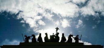 Silhuetas no backgtound do céu nebuloso Fotos de Stock Royalty Free