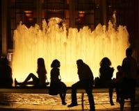 Silhuetas no fountian em NYC Foto de Stock