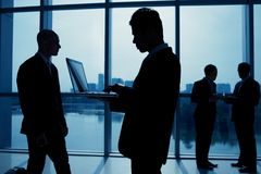 Silhuetas que trabalham homens de negócios Imagem de Stock Royalty Free