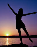 Silhuete счастливой девушки Стоковое Фото