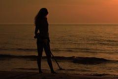 Silhuete-Mädchen mit Metalldetektor Stockbild